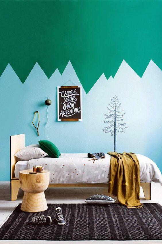 Energija drveta se u sobu unijela bojom i namještajem od svijetlog drveta, te crtežom drvceta na zidu