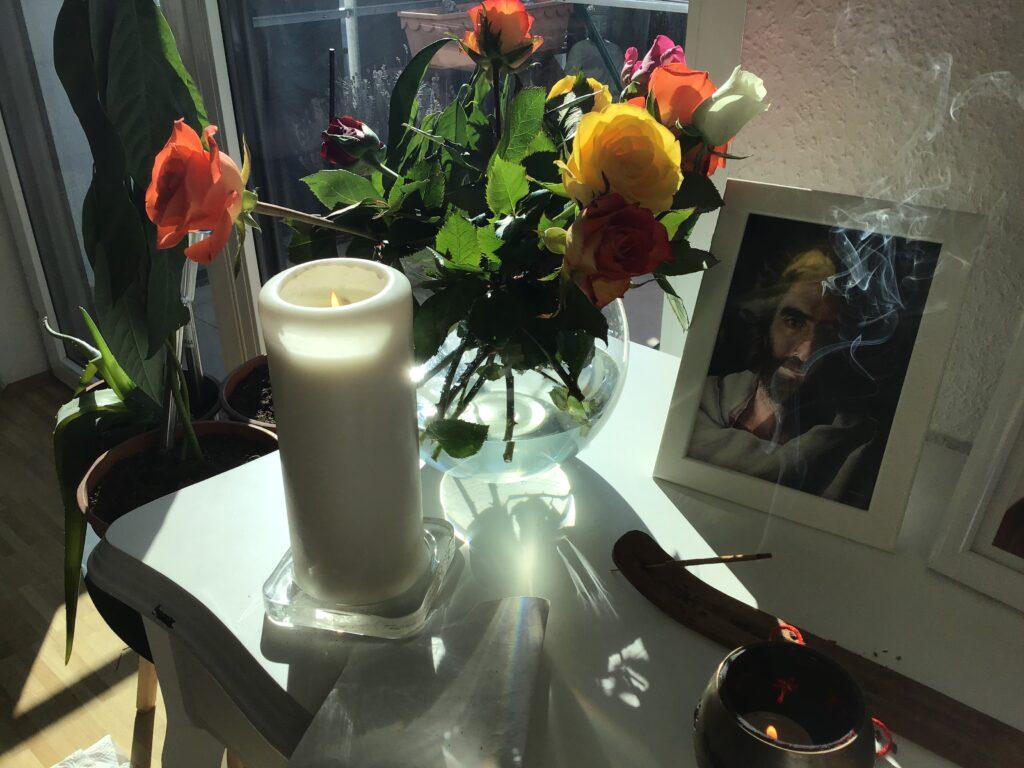 Oltar u stanu je mjesto gdje možemo zapaliti svijeću zahvalnicu i obratiti se svom duhovnom vodstvu.